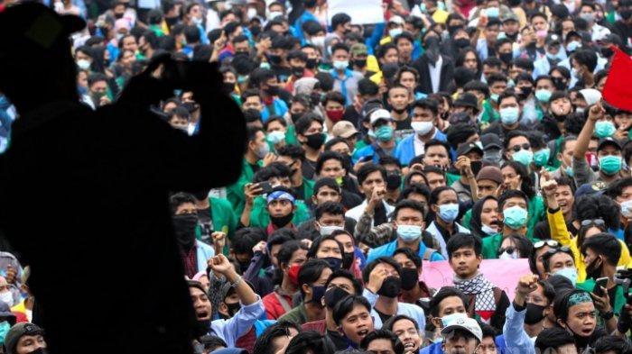 FOTO ILUSTRASI - Ribuan mahasiswa melakukan aksi demo di Gedung DPRD kota Palembang, Kamis (8/10/2020). Mahasiswa ini menggelar aksi demo untuk menuntut agar Undang-undang Omnibus Law dibatalkan.