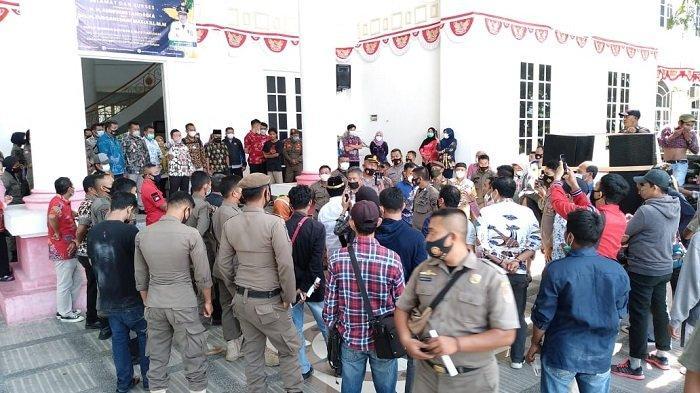 Demo Tolak Tambang Nikel di Kantor Bupati Banggai Ricuh