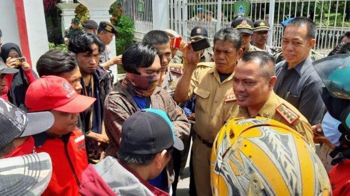 Aksi Demo Buruh Tuntut Kenaikan Upah di Kantor Bupati Maros, Ricuh