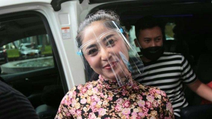 Dewi Perssik saat di Trans TV, Mampang Prapatan, Jakarta Selatan, Jumat (19/11/2020). Diet terpaksa dihentikan Dewi Perssik untuk memulihkan kesehatannya setelah dinyatakan positif Covid-19.