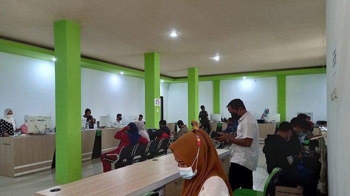 Urus Dokumen Kependudukan, Pemohon Abaikan Prokes di Kantor Disdukcapil Kota Palu