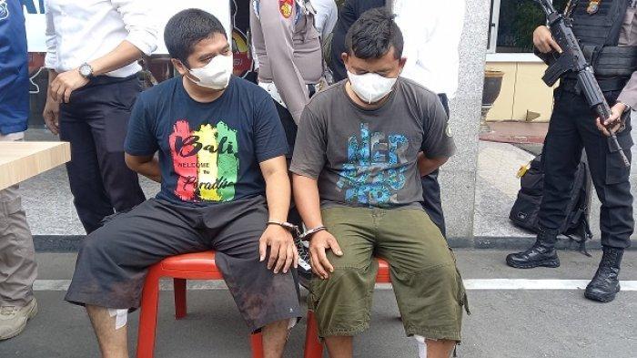 Dua terduga pelaku pengedar narkoba jenis sabu berinisial RA dan R yang digerebek di kompleks Perumahan Lapas Palu digelandang ke Mako Polres Palu, Senin (4/10/2021) siang.