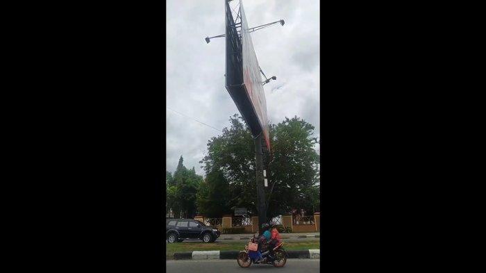 Bisa Membahayakan Pengendara, Papan Reklame di Jl Moh Yamin Palu Terancam Roboh