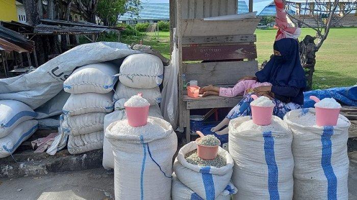 Petani Garam Tambak Talise Gagal Panen, Pedagang: Terpaksa Nyetok dari Luar Kota