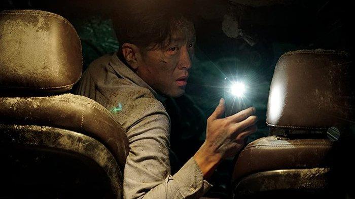 Sinopsis Film Korea Tunnel: Kisah Ha Jung Woo Terjebak di Terowongan yang Runtuh