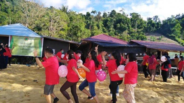 Galang Kebersamaan, PPNI Poso Ajak Perawat Lepas Penat di Pantai Siuri Tentena