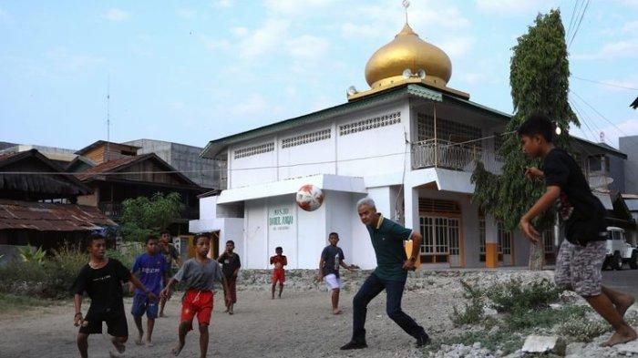 Viral di Medsos, Aksi Ganjar Pranowo Main Bola Bareng Anak-anak di Palu