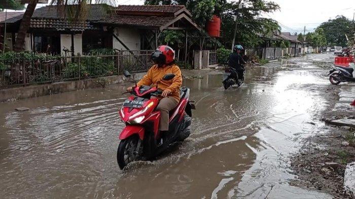 Hujan Guyur Kota Palu, Air Genangi Jalan Rusak di Jl Arif Rahman Hakim
