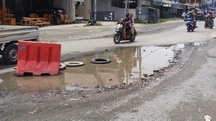 Kubangan Air di Sekitar Pasar Manonda Kota Palu Dipasangi Ban dan Pembatas Jalan