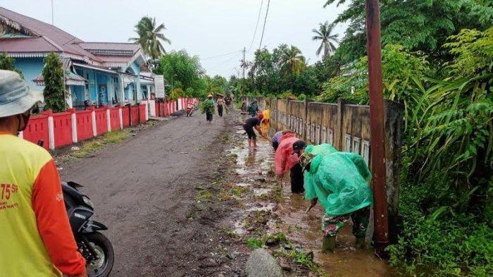 Sempat Terendam Banjir, Warga Slametharjo Banggai Gotong Royong Bersihkan Drainase