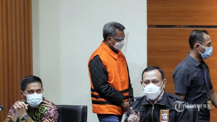 Ketua Komisi Pemberantasan Korupsi (KPK), Firli Bahuri memberikan keterangan pers terkait Operasi Tangkap Tangan (OTT) Gubernur Sulawesi Selatan, Nurdin Abdullah oleh KPK, di Gedung KPK, Kuningan, Jakarta Selatan, Minggu (28/2/2021) dini hari. Pada konferensi pers tersebut, KPK menyatakan telah menetapkan Gubernur Sulawesi Selatan, Nurdin Abdullah sebagai tersangka kasus proyek pembangunan infrastruktur karena diduga menerima gratifikasi atau janji. Selain Nurdin Abdullah, KPK juga menetapkan tersangka kepada Sekdis PUPR Sulsel, Edy Rahmat (ER) sebagai penerima dan Agung Sucipto (AS) selaku pemberi. Tribunnews/Jeprima