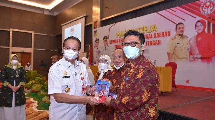 Gubernur Longki Djanggola Luncurkan Buku Satu Dekade Dekranasda Sulawesi Tengah