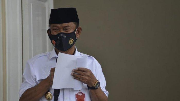 Gubernur Sulawesi Tengah (Sulteng) Rusdi Mastura memimpin prosesi pelepasan jenazah Ketua Utama Alkhairaat Alm Habib Saggaf bin Muhammad Aljufri ke peristirahatan terakhir, Rabu (4/8/2031).