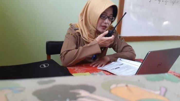 Tak Tega Muridnya Kesulitan Beli Kuota Internet untuk Belajar Daring, Guru Ini Mengajar via HT