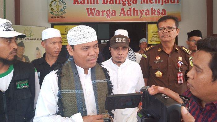 Gus Nur saat memberikan keterangan pers di depan Kejari Palu, Kamis (9/5/2019).