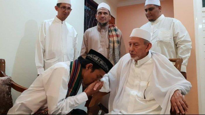 Ustaz Abdul Somad (UAS), saat berkunjung ke Palu, mencium tangan Habib Saqqaf bin Muhammad bin Sayyid Idrus Saqqaf AlJufri.