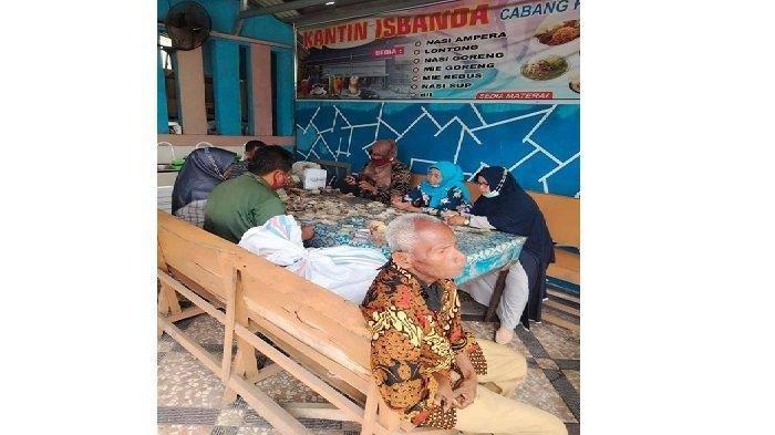 Proses penghitungan uang kakek Biyok di Padang Kaduduak, Kelurahan Tigo Diate, Kecamatan Payakumbuah Utara, Kota Payakumbuh, Sumatera Barat.