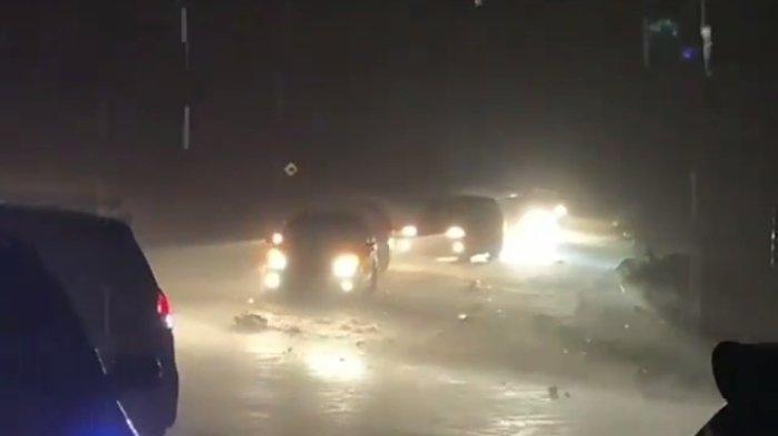 Hujan Deras, Sejumlah Kendaraan R4 Terpaksa Berhenti di Jalur Kebun Kopi