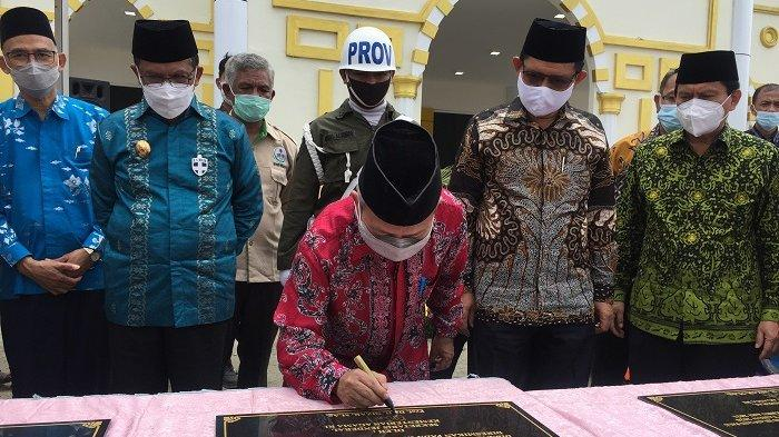 Penandatanganan prasasti peresmian gedung Kampus II IAIN Palu di Kabupaten Sigi, Sabtu (20/2/2021).
