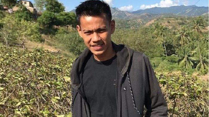 Ilham Shena, pemuda yang selalu mendampingi Rusdi Mastura di kediaman pribadi gubernur terpilih Sulteng, Jl Lagarutu, Kelurahan Tanamodindi, Kecamatan Mantikulore, Kota Palu, Sulawesi Tengah, Jumat (12/2/2021).