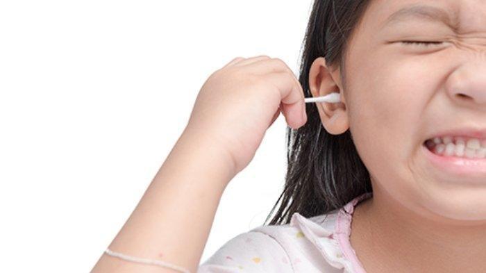 Mengorek Telinga Terlalu Sering Ternyata Berbahaya, Simak Cara Membersihkannya Secara Benar