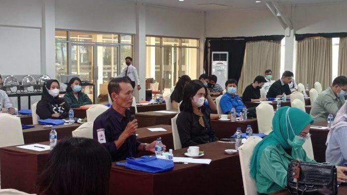 Kantor Imigrasi Kelas I TPI Palu menggelar sosialisasi penggunaan Aplikasi Pelaporan Orang Asing (APOA) berbasis barcode di Hotel Palu Golden Jl Raden Saleh Nomor 1, Kelurahan Besusu Barat, Kecamatan Palu Timur, Kota Palu, Sulawesi Tengah, Rabu (9/6/2021).