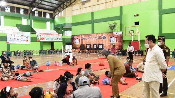 Bupati Indramayu mendatangi pengungsian Gor Bumi Patra Indramayu