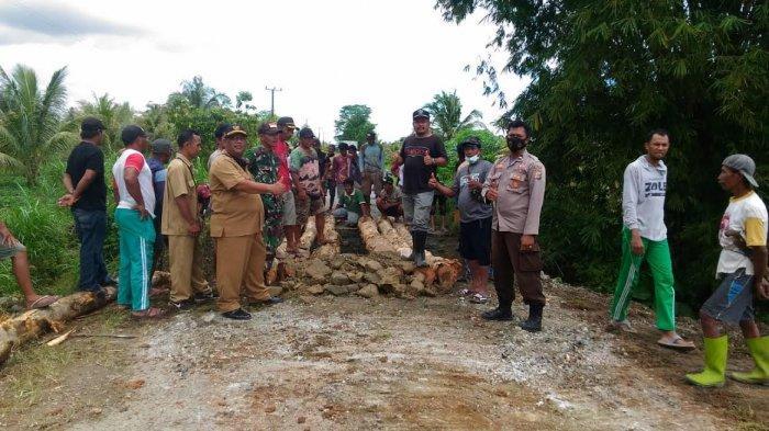 Jalan Penghubung 2 Kecamatan di Banggai Amblas, Warga Gotong Royong Buat Jembatan Darurat