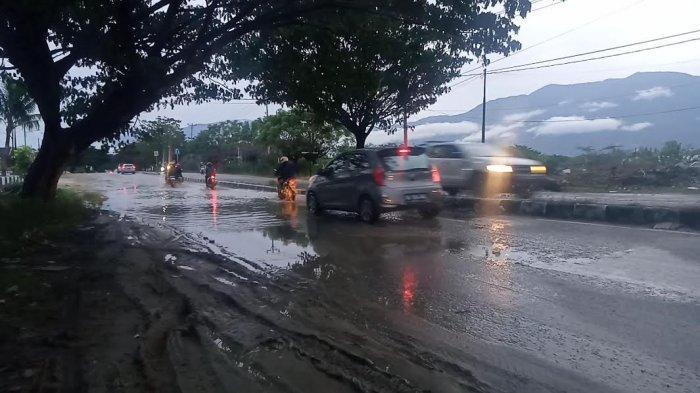 Tak Ada Drainase, Air Bercampur Lumpur Genangi Jl Soekarno-Hatta Kota Palu