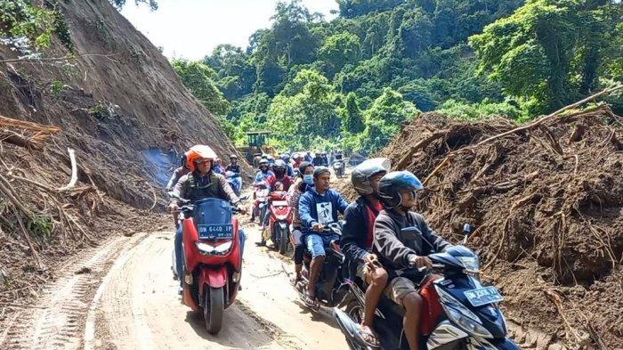 2 Alat Berat Bersihkan Jalur Longsor Palu-Palolo Sigi, Motor dan Mobil Sudah Bisa Lewat
