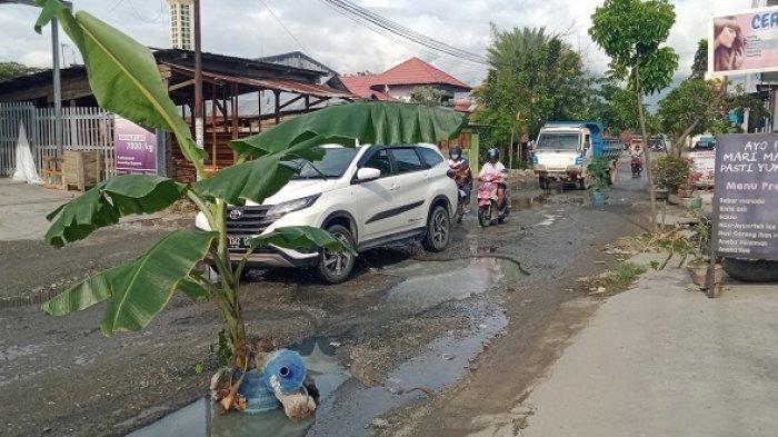 Warga Tanam Pohon Pisang di Jl Tombolotutu, Harap Pemerintah Segera Perbaiki