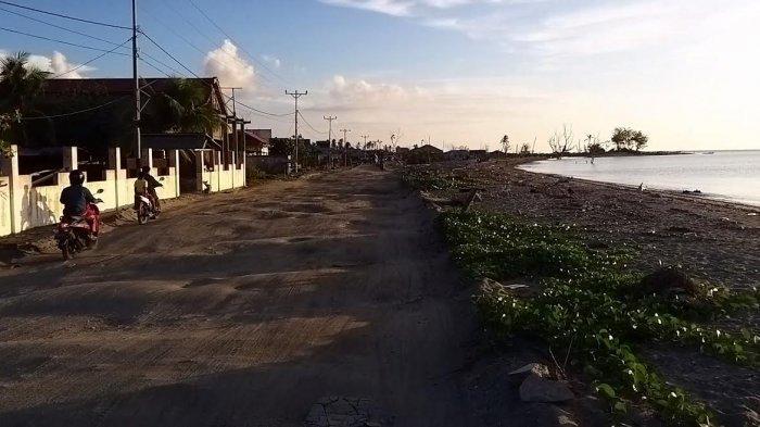 Jalan Trans Sulawesi di Desa Tompe, Kecamatan Sirenja Kabupaten Donggala belum tersentuh perbaikan sama sekali pascagempa dan tsunami 2018 silam.