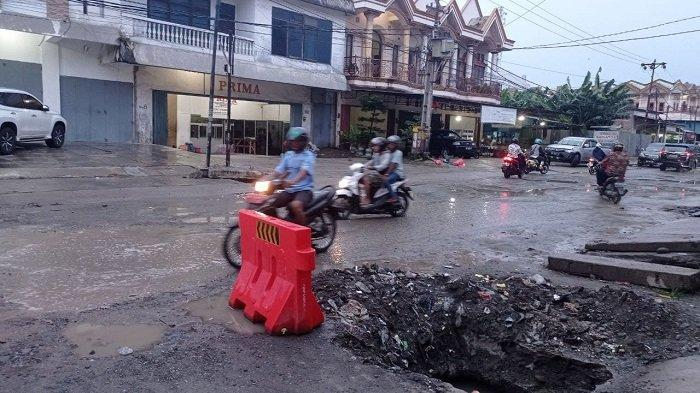 Ada Pengerjaan Drainase, Jl Tanjung Karang Semakin Sempit