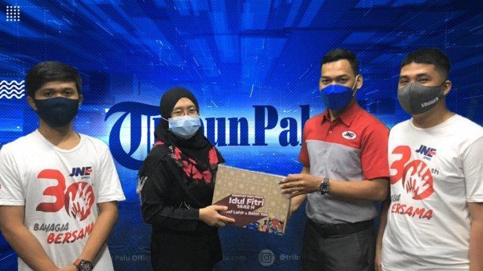 Berbagi Keberkahan, JNE Cabang Palu Bawa Parcel Lebaran ke Kantor TribunPalu.com