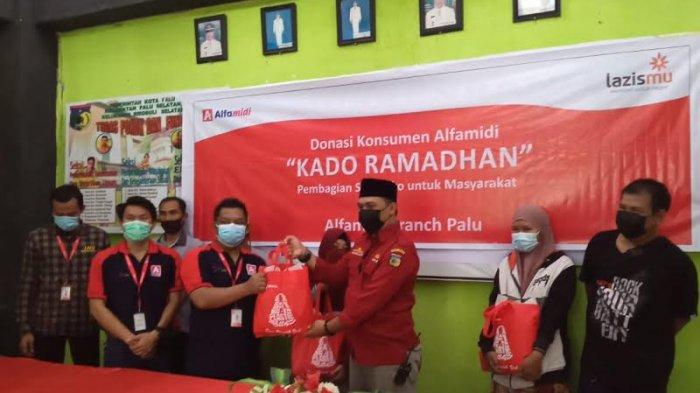 Alfamidi Bagi-bagi 127 Paket Ramadan di Birobuli Selatan Palu