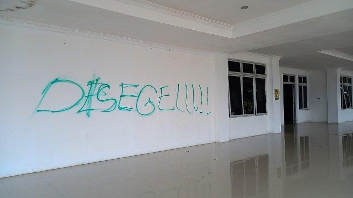 Penampakan Gedung DPRD Banggai Kepulauan Disegel Pasca Demo ASN