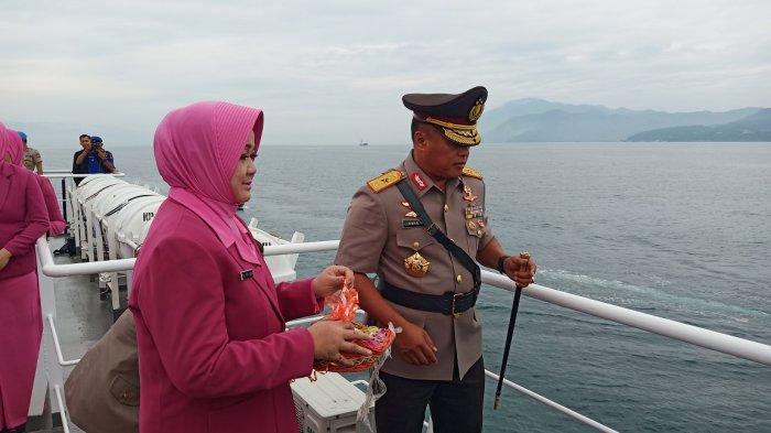 Palu Hari Ini: Peringati HUT Bhayangkara ke-73, Kapolda Sulteng Tabur Bunga di Perairan Teluk Palu
