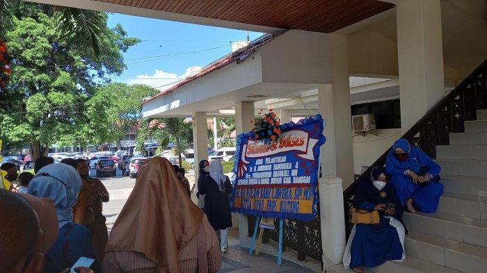 Karangan bunga menghiasi Gedung Pogombo Kantor Gubernur Sulawesi Tengah saat pelantikan kepala daerah Kabupaten Banggai, Selasa (8/6/2021)