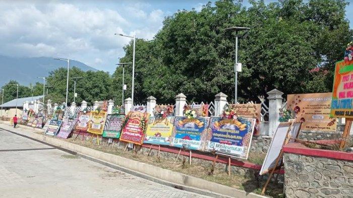 Karangan bunga hiasi Gedung JCC Kota Palu