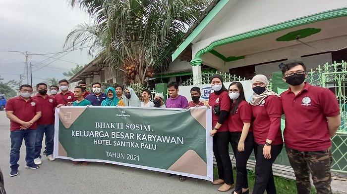Karyawan Hotel Santika Palu Berbagi Paket Ramadan ke Penyandang Disabilitas