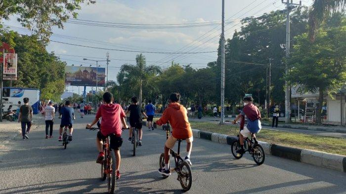Kawasan Car Free Day (CFD) alias hari bebas kendaraan di Kota Palu, Sulawesi Tengah dipadati pejalan kaki dan pesepada, Minggu (6/6/2021).