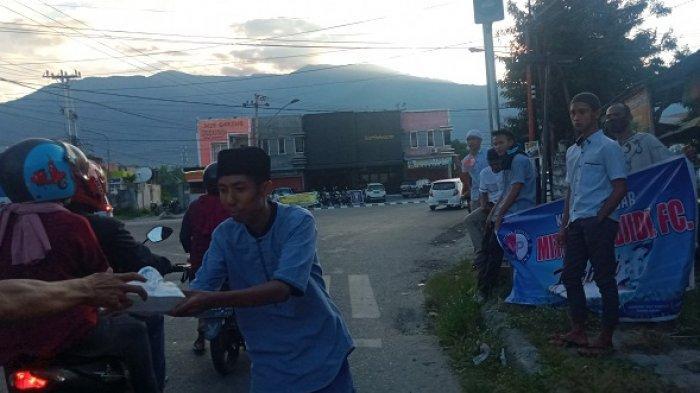 Keluarga Besar Mitra Puendjidi Fc Berbagi Takjil di Jl Wahid Hasyim Kota Palu