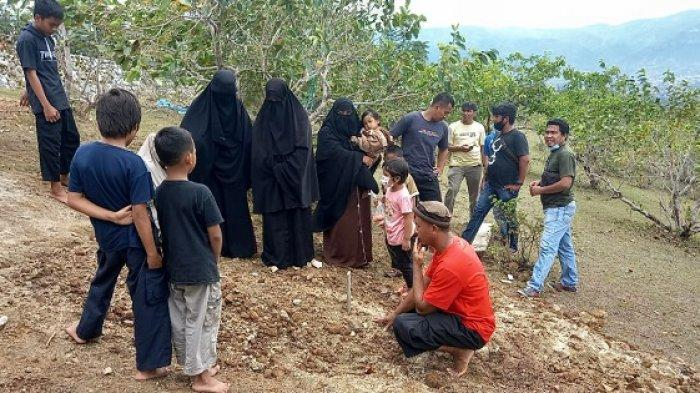 Pihak keluarga berziarah di kubur Khairul alias Irul alias Aslam dan Alvin alias Mus'ab, DPO Kelompok Mujahidin Indonesia Timur (MIT) Poso, Sabtu (6/3/2021).