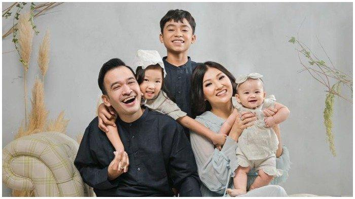 Hindari Penyebaran COVID-19, Keluarga Onsu Rayakan Imlek 2021 di Rumah Saja