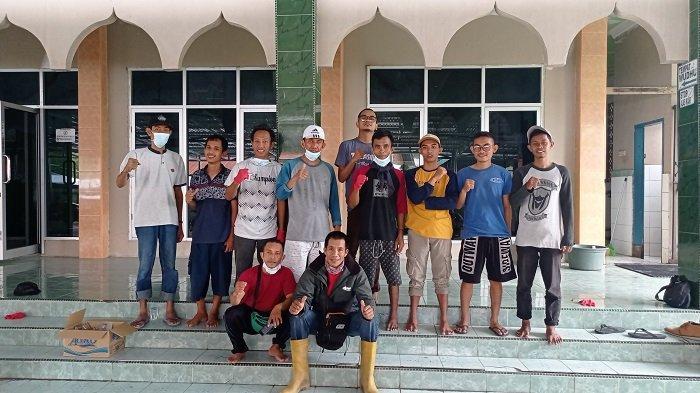 Bersihkan Masjid, Kades Kotarindau Kerja Bakti Bersama Pemuda Sigi
