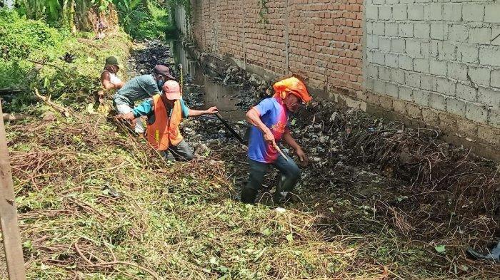 DLH Palu Tinjau Kerja Bakti Pembersihan Drainase Jl Agus Salim Kelurahan Baru