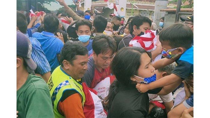 Ibu Hamil Terjatuh saat Berebut Sembako dari Jokowi, Roy Suryo: Sedemikian Memperlakukan Rakyatmu?