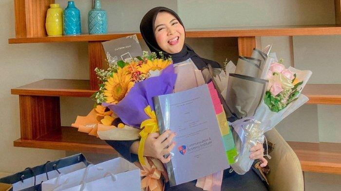 Raih Gelar Sarjana saat PSBB, Kesha Ratuliu Dapat Karangan Bunga Kocak: Banyak yang Sayang Sama Aku