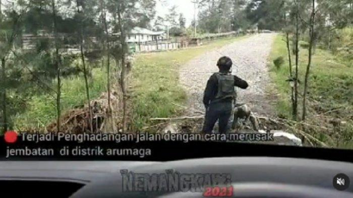 KKB Papua merusak jembatan dan menebang pohon untuk menghalangi upaya pengejaran yang dilakukan Satgas Nemangkawi.