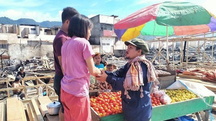 Komunitas Berbagi Sedekah Kecamatan Nambo, Kabupaten Banggai, Sulawesi Tengah menyalurkan bantuan untuk korban kebakaran pasar Simpong, Senin (17/5/2021).